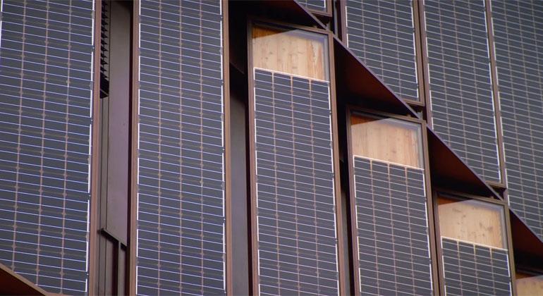 Fraunhofer ISE | Vom Energieverbraucher zum Energielieferanten: In die Fassade des Rathauses im Stühlinger in Freiburg sind Vertikale PV-Lamellen als Verschattungselemente integriert.