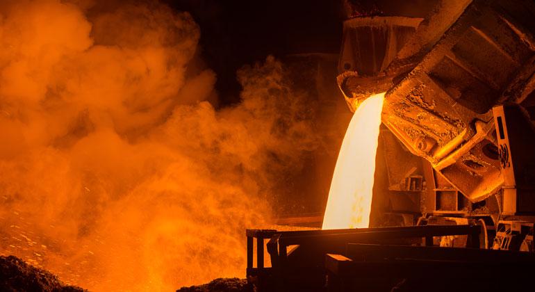 Depositphotos | photollurg2 | Weil Deutschland bisher keine dezidierte Klima- und Innovationspolitik für die Grundstoffindustrie verfolgt, droht ein massiver Investitionsrückgang in diesem Wirtschaftszweig mit seinen 550.000 Beschäftigten. Denn Investitionen in die alten, CO2-intensiven Technologien sind angesichts des Ziels der Klimaneutralität 2050 nicht erfolgversprechend. Auf der anderen Seite fehlt auch für die neuen, CO2-neutralen Technologien der Business Case.