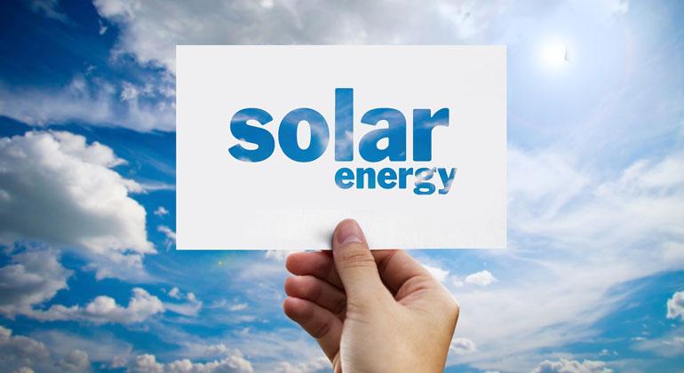 pixabay.com | geralt | Nach Ansicht der IRENA ist eine Reduktion der Treibhausgase um mehr als 90 Prozent im Energiesektor möglich, wenn Erneuerbare verstärkt zugebaut und die Energieeffizienz erhöht werden. Der Ausbau der Photovoltaik könnte dabei allein bis 2050 zu einer Reduktion von 4,9 Gigatonnen CO2 führen, was etwa 21 Prozent aller vermiedenen Emissionen wäre.
