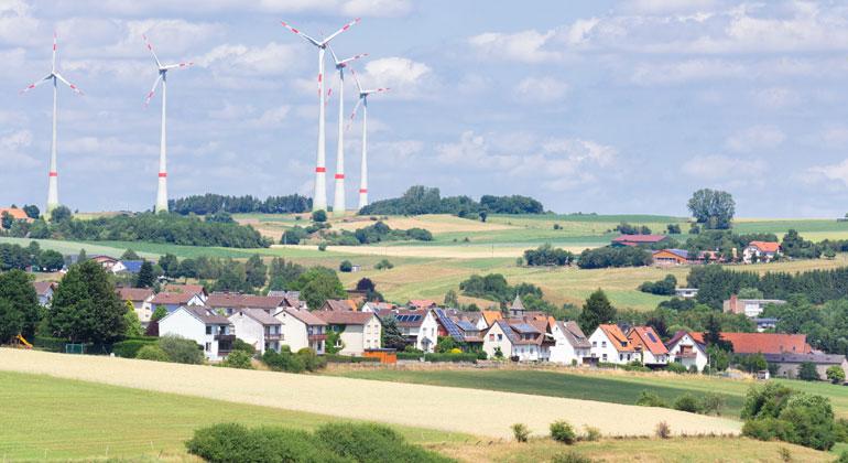 Depositphotos | benschonewille | Abstände zwischen Wohnhäusern und Windrädern sollten per Einzelfallabwägung festgelegt werden.