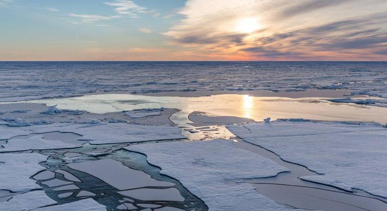 AWI, Stefan Hendricks | Schmelzwassertümpel auf arktischem Meereis. Schmelzwassertümpel Der Schnee auf dem arktischen Meereis schmilzt in jedem Sommer vollständig – zurück bleiben Tümpel aus Schmelzwasser. In großen Teilen der Arktis entstehen diese Tümpel innerhalb weniger Tage, oft in den ersten Juniwochen. Sie verschwinden erst wieder mit dem Gefrieren der Oberfläche im September. Die meisten dieser Süßwassertümpel messen im Durchmesser drei bis 20 Meter. Ihre Farbe hängt vor allem von der Eisdicke unter dem Tümpel ab, da der dunkle (schwarze) Ozean dann mehr oder weniger stark durch scheint. Auf dickerem, mehrjährigem Meereis ist sie folglich eher türkis, bei dünnerem einjährigem Eis dunkelblau bis schwarz.