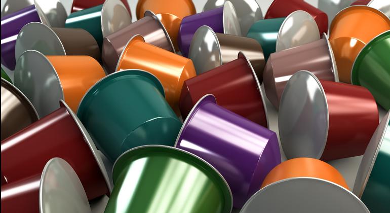 Depositphotos | albund | Nach neuesten Berechnungen der DUH wurden 2018 in Deutschland insgesamt 3,5 Milliarden Kaffeekapseln verbraucht. Diese verursachen einen Müllberg von 8.800 Tonnen Aluminium und Kunststoff sowie zusätzlich 5.000 Tonnen Papier für die Umverpackung.