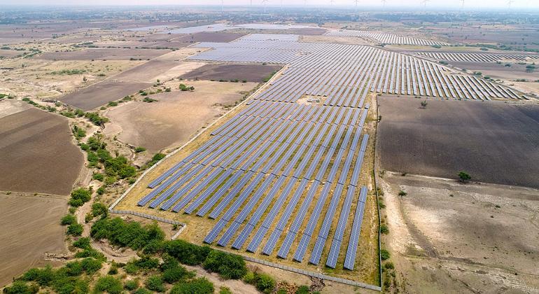 WikimediaCommons | Thomas Lloyd Group | CC BY-SA 4.0 | Wie hier im Bundesstaat Karnataka, entstehen in Indien riesige Solarparks