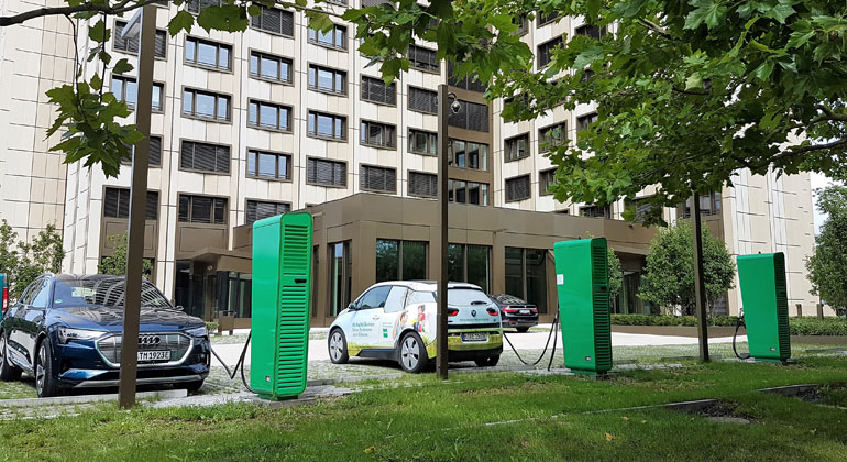 baywa.com | BayWa und Hubject starten Projekt zu plug&charge. Damit soll Strom laden noch einfacher werden. – Ladesäulen vor der BayWa Konzernzentrale.