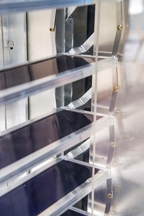 Fraunhofer-ISE | Die Lamellen der solarthermischen Jalousie dienen als Absorber. Die Wärme wird über Heat-Pipes und einen Aluminiumadapter an den Sammelkanal abgeführt.
