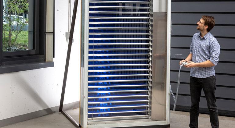 Fraunhofer ISE | Die Jalousie ist insbesondere für Gebäude mit großen Glasfassaden geeignet. Der Demonstrator der Solarthermischen Jalousie ist in ein Doppelfassadenelement integriert.