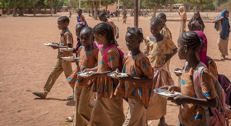 Schulschließung in Afrika: Kinder verlieren einzige Mahlzeit