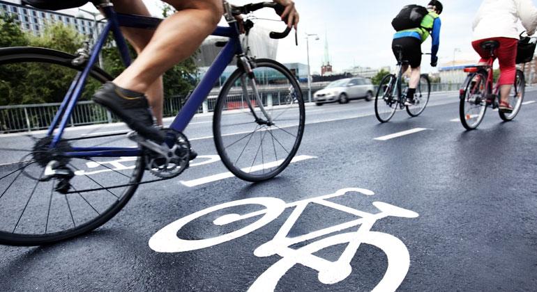 Greenpeace-Aktivistinnen und Aktivisten richten in 30 deutschen Städten Pop-up Fahrradwege ein