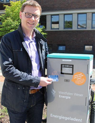 Wstfalen Weser Energie   Projektleiter Andreas Stoller zeigt, wie einfach das Laden mit EC-Karte funktioniert.