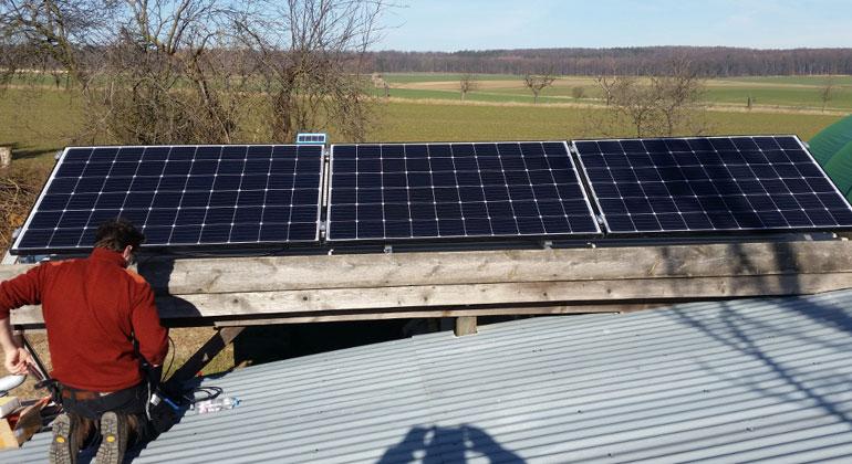 photovoltaik.eu   Lorentz   Die Module produzieren den kompletten Strom für den Betrieb der Pumpen. Ein kleines Referenzmodul liefert die Daten über die Sonneneinstrahlung an die Steuerung.