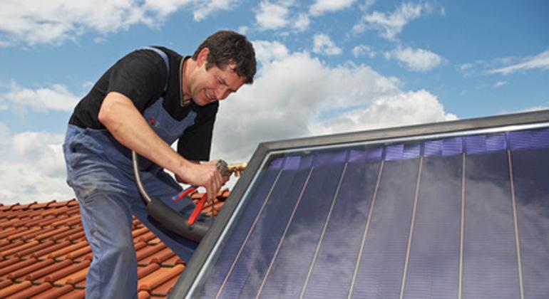 Fotolia.com | iBart | Mit Erreichen einer installierten Photovoltaik-Leistung von 52 Gigawatt endet nach derzeitigem EEG die Solarförderung für Photovoltaik-Dachanlagen bis 750 Kilowatt Leistung.