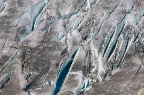 FAU/Christian Sommer   Schmelzwasser gefüllte Gletscherspalten im unteren Bereich des Grossen Aletsch im Sommer 2019.