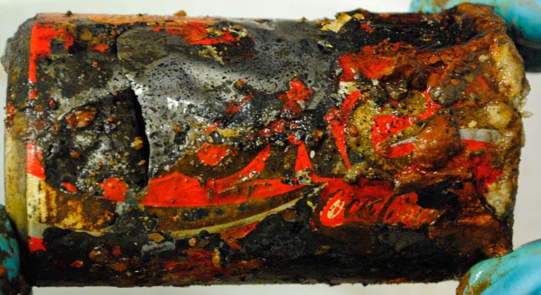 GEOMAR | Matthias Hackel | An Bord des Forschungsschiffs SONNE stellt sich heraus, dass die Plastiktüte eine Cola-Dose enthielt. Die Beschriftung war noch gut zu erkennen.