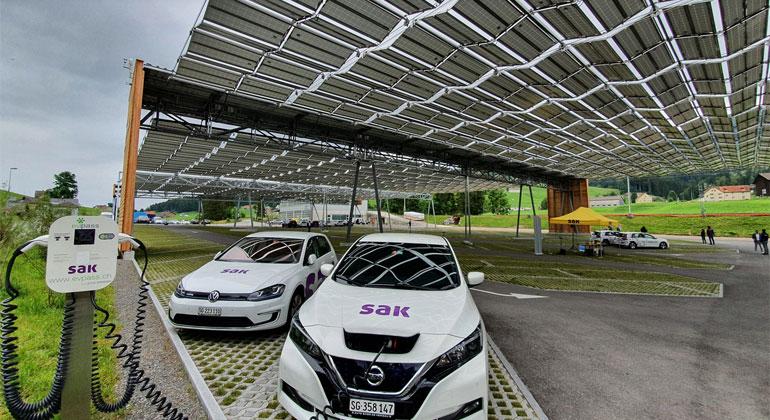 Solarfaltdach über dem Parkplatz im Schweizerischen Jakobsbad