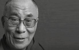 Benevento Publishing | Benevento Publishing | Seine Heiligkeit der 14. Dalai Lama wurde 1935 in Takster in Osttibet geboren. Nach der Besetzung Tibets durch China im Jahr 1959 floh er nach Indien, von wo aus er sich seitdem für die Unabhängigkeit seiner Heimat einsetzt. 1989 wurde er mit dem Friedensnobelpreis geehrt.