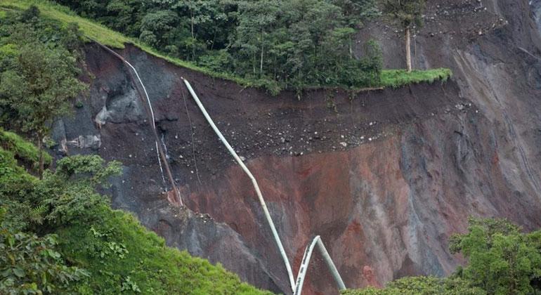 infosperber.ch | Ivan Castaneira | Die Erosion des Wasserfalls San Rafael hat auch die dort verlaufenden Erdöl-Piplines mitgerissen.