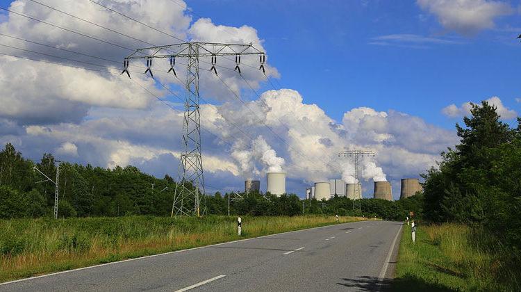 Jan-Herm Janßen/Wikimedia Commons | Das Kraftwerk Boxberg in der Oberlausitz soll bis Ende 2038 Braunkohle verstromen. Die Bundesstraße 156 wird ausgebaut.