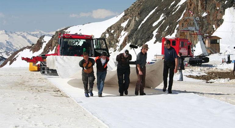 TenCate Geosynthetics | Der Aufwand, um das Gletscherschutzvlies in einem Gebiet in einer Höhe von 2700 bis 3000 Metern in einem sechswöchigen Prozess, der jährlich nach der Skisaison wiederholt wird und weiteren sechs Wochen, um das Vlies wieder zu entfernen, ist enorm.
