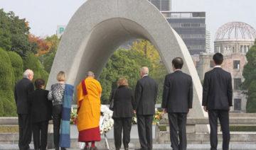 Taikan Usui   Seine Heiligkeit der Dalai Lama und andere Nobelpreisträger erweisen am 14. November 2010 im Hiroshima Memorial Park in Hiroshima, Japan, ihren Respekt.