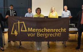 Menschenrecht-vor-Bergrecht.de | Garzweiler | Unterstützt wird die Initiative Menschenrecht vor Bergrecht von Volker Quaschning, Professor für regenerative Energiesysteme (rechts im Bild). Im Hintergrund: Dirk Teßmer, Pao Yu Oei und Birgit Cichy