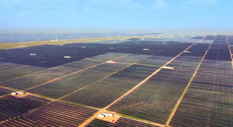 Weltgrößtes Photovoltaik-Kraftwerk geht in China ans Netz