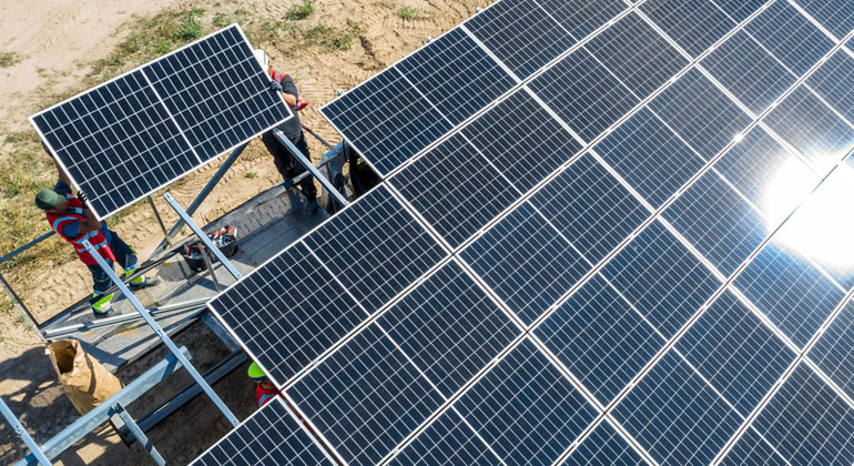 Deutschlands größter Solarpark speist erste Kilowattstunde Strom ins Netz ein