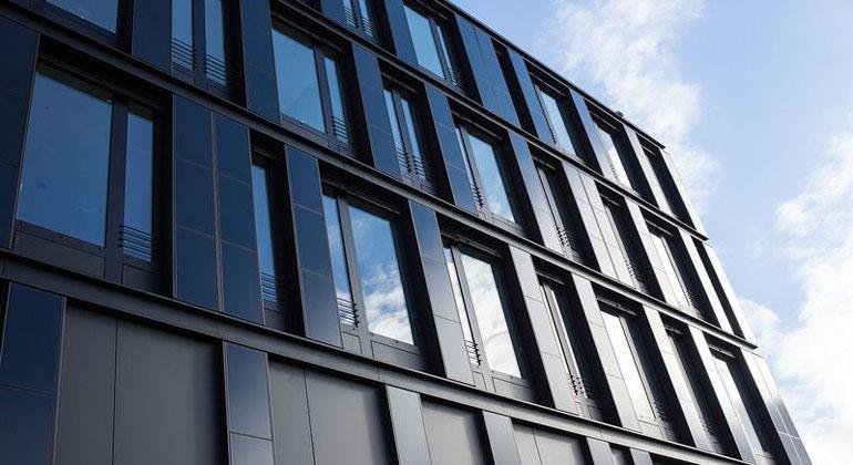 Photovoltaik an der Fassade und auf dem Dach macht Stromversorgung von Bürogebäuden grüner