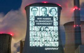 greenpeace.de | Bernd Lauter | Projektion auf Kühlturm des Braunkohlekraftwerks Neurath